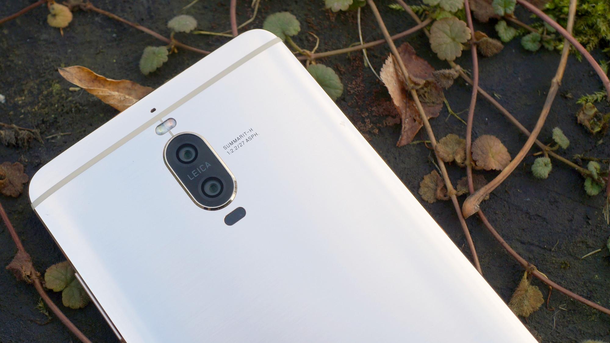 Metallen på baksidan följer med längs telefonens sidor 64df56cb3936c
