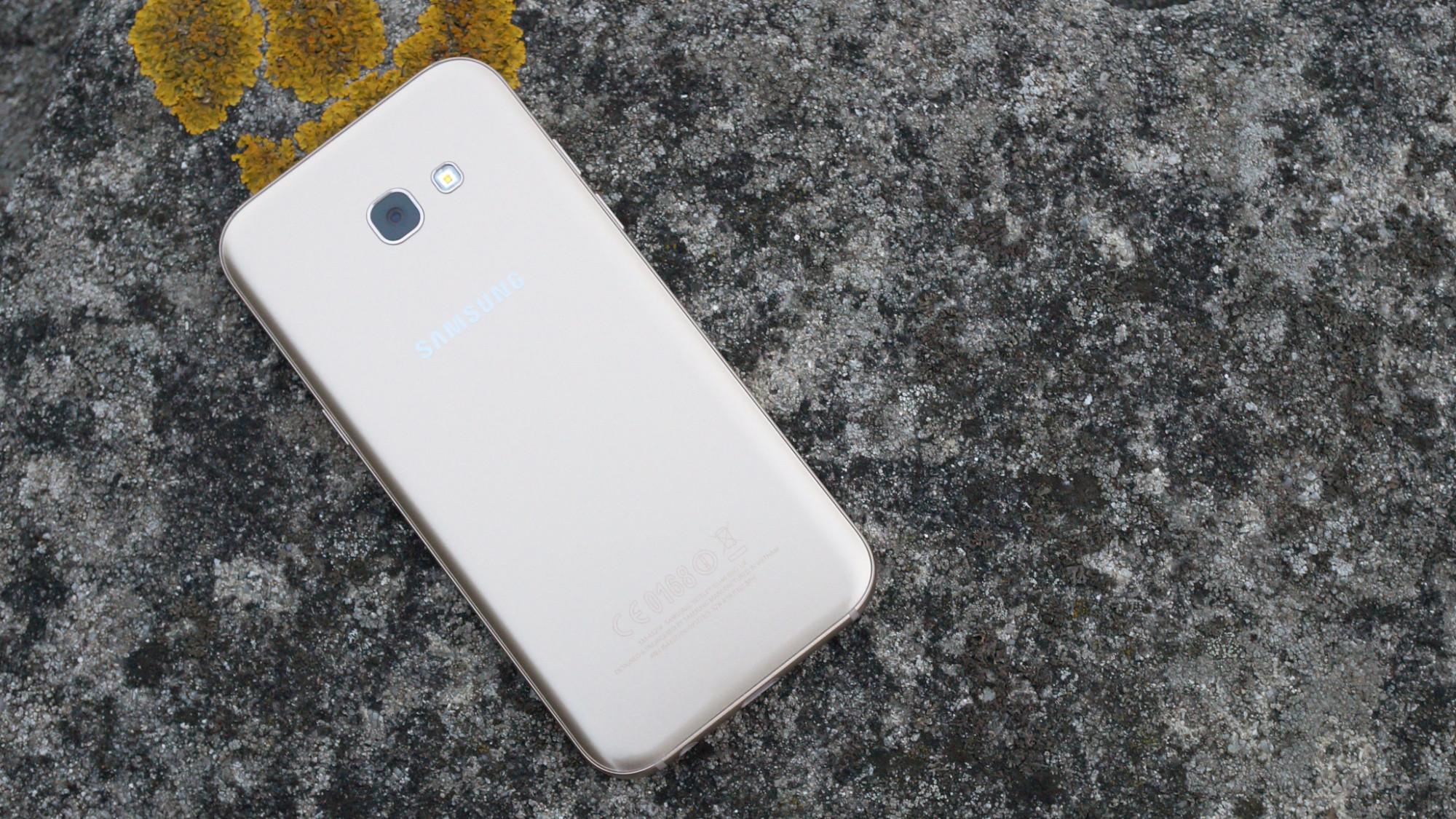 Samsung Galaxy A5 (2016) var en telefon med riktigt bra batteritid. 2017  års modell lyckas med samma sak. Den nya modellen har ett 3 000  mAh-batteri d2f25801d10cc