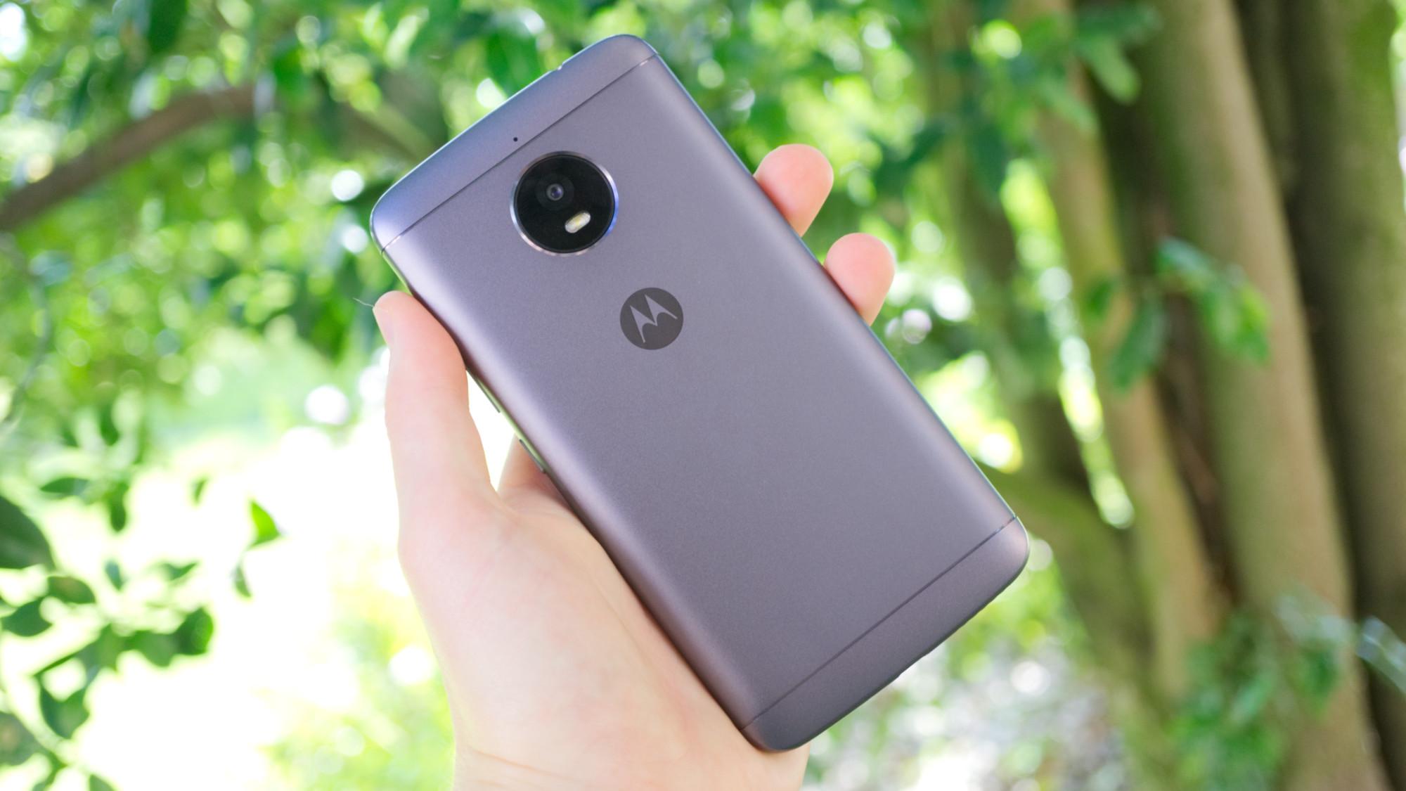 På baksidans övre del sitter telefonens kameramodul. Kameran är placerad en  knapp millimeter under resten av telefonens baksida. Det skyddar den från  repor ... 265038a79a8b4