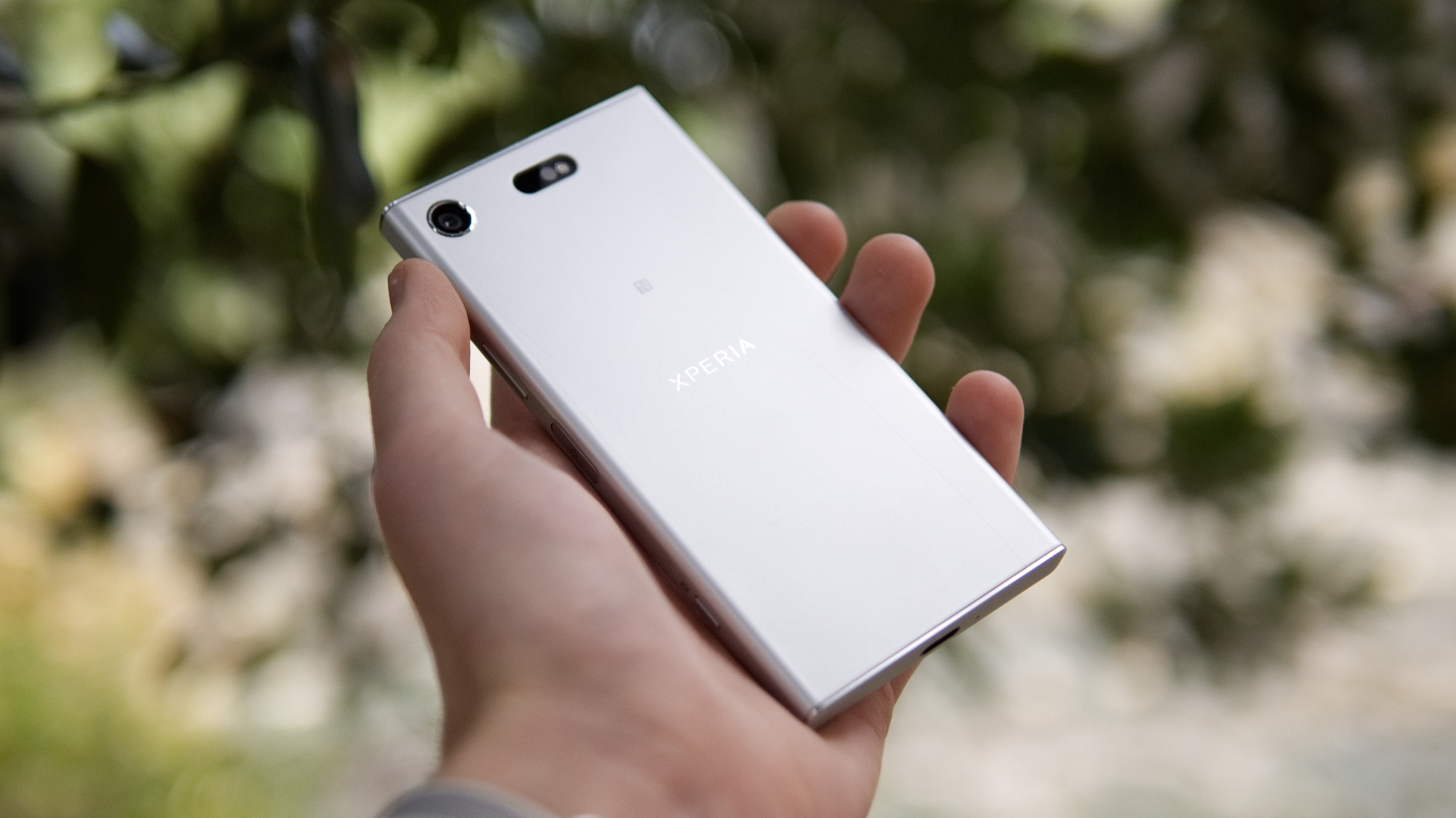 Kameran sitter längst upp i det vänstra hörnet och är helt platt längs  baksidan av telefonen. Det skiljer den från till exempel Xperia XZ Premium  och XZs ... 31c60933ef447