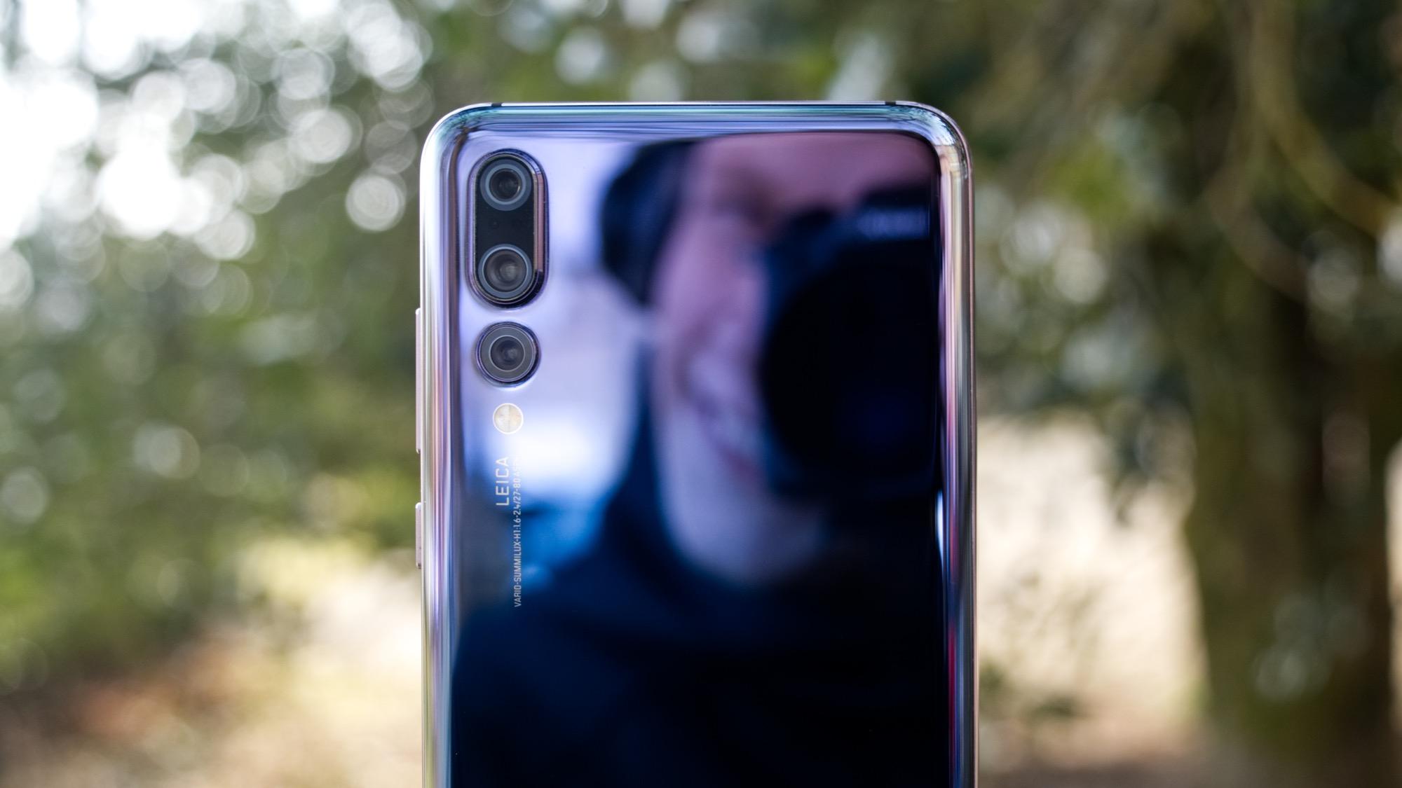 Glaset på baksidan möts av en metallram. Ramen sträcker sig runt hela  telefonen. På höger sida finns en på av-knapp och två volymknappar. d999da43d1b32
